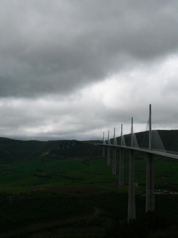 Toujours la grisaille sur le viaduc de Millau