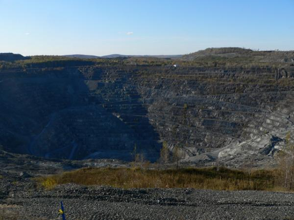 Cratère extraction amiante Québec