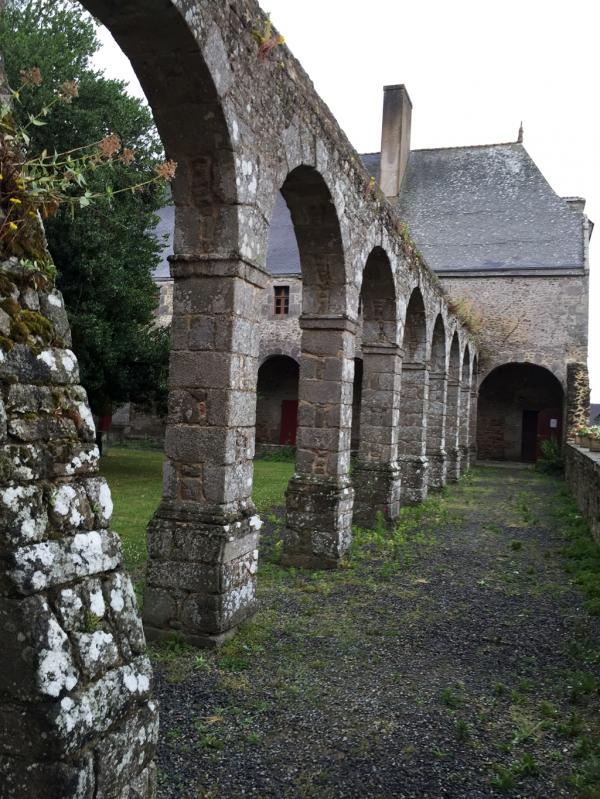 Le cloître, abbaye du Tronchet (35)