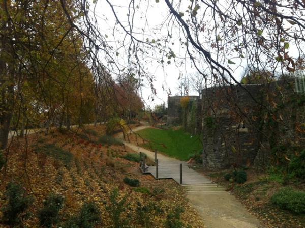 La promenade le long des remparts de DOL de Bretagne