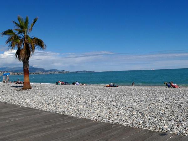 La plage de galets d'Antibes