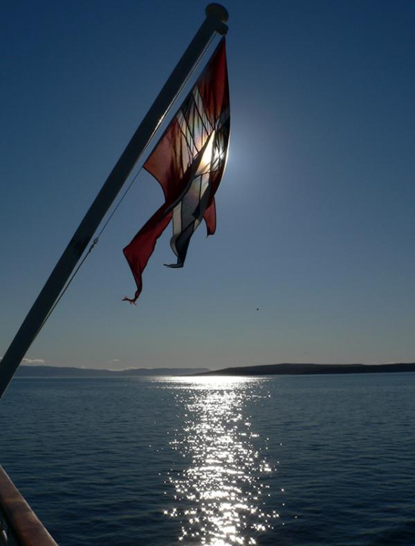Soleil et drapeau en mer.