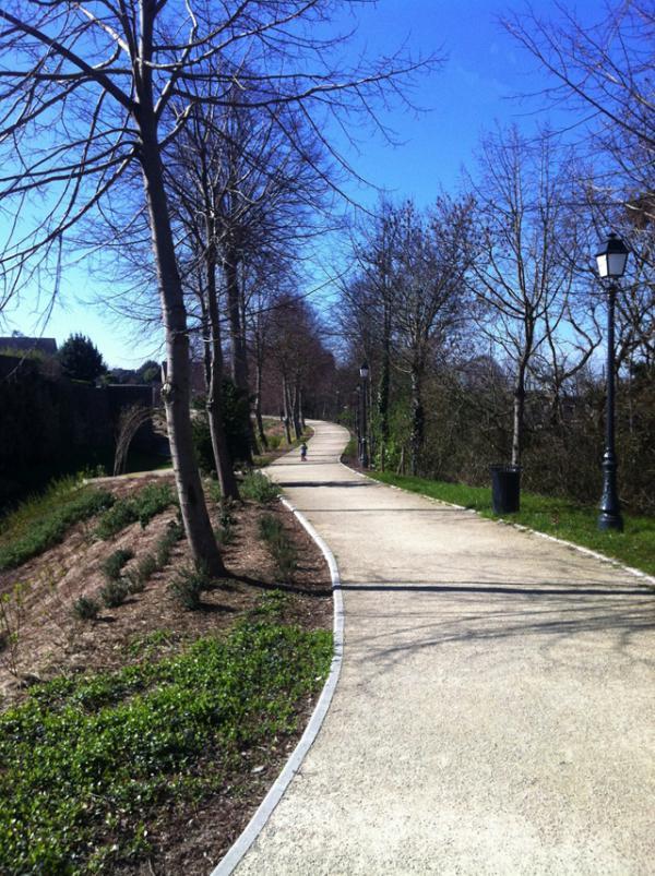 La promenade le long des remparts à DOL de Bretagne